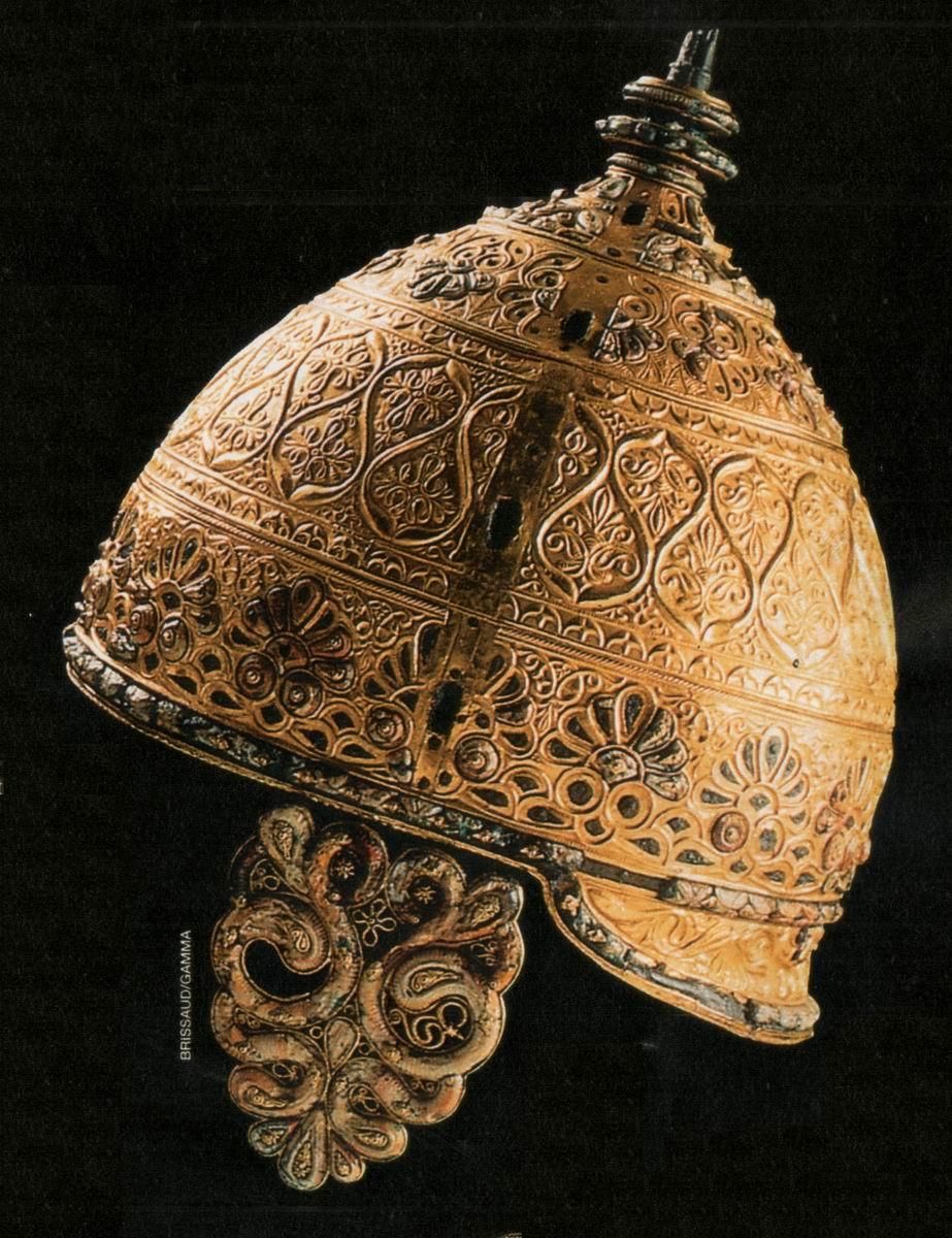 Outre leurs somptueux bijoux en or, les chefs celtes portaient des vêtements scintillants de paillettes dor et de plaques dor ouvragées.